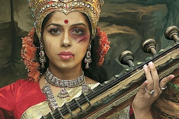 """9.set.2013 - Modelo representa Sarasvati, a deusa hindu da sabedoria, das artes e da música, com marca de agressões no rosto. Campanha da Ong """"Save The Children"""" alerta aos abusos que as mulheres sofrem na Índia, como agressões e estupro, usando ícones das divindades do país"""