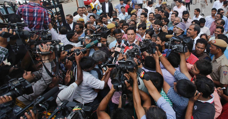 10.set.2013 - A.P. Singh (centro), advogado de defesa de um dos quatro homens que participaram de um estupro coletivo que matou uma estudante em um ônibus de Nova Déli, na Índia, em dezembro de 2012. Os estupradores foram considerados culpados de 13 acusações, entre elas sequestro, estupro e assassinato. O crime provocou um debate sem precedentes sobre a situação das mulheres na Índia, informou uma fonte judicial