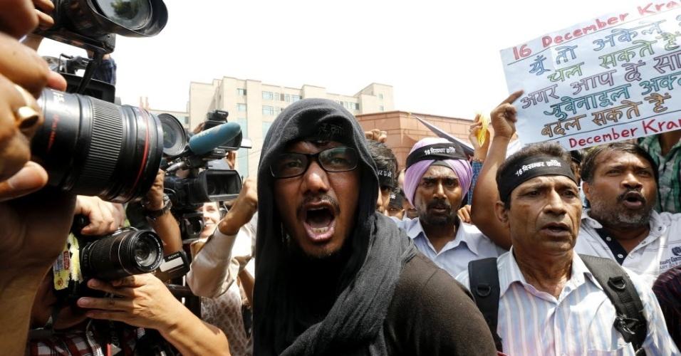 10.set.2013 - Manifestantes protestam por leis mais duras para crimes sexuais, em fora da corte de Nova Déli, nesta terça-feira (10), onde os quatro homens que participaram de um estupro coletivo que matou uma estudante em ônibus de Nova Déli, na Índia, em dezembro de 2012, foram declarados culpados. O crime provocou um debate sem precedentes sobre a situação das mulheres na Índia, informou uma fonte judicial. Os estupradores foram considerados culpados de 13 acusações, entre elas sequestro, estupro e assassinato