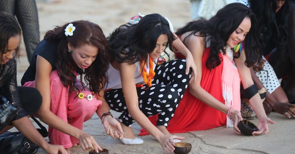9.set.2013 - Candidatas ao Miss Mundo 2013 libertam filhotes de tartaruga durante cerimônia pela conservação do meio ambiente, em Bali