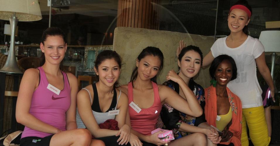 9.set.2013 - Misses descansam após participar de exercícios em academia, em Bali, Indonésia