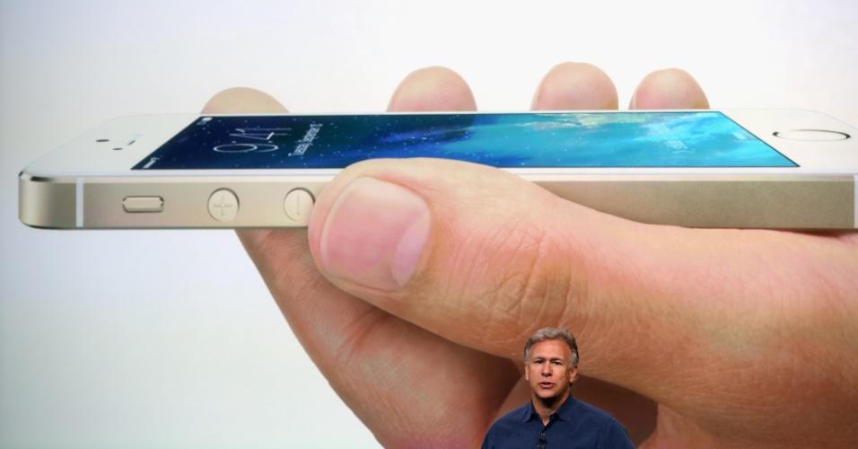 Quanto às configurações de hardware, a empresa informa que o iPhone 5S vem com o primeiro processador 64 bits do mundo, o A7. Basicamente, essa característica faz com que o chip consiga fazer mais cálculos simultâneos, deixando o desempenho mais rápido.