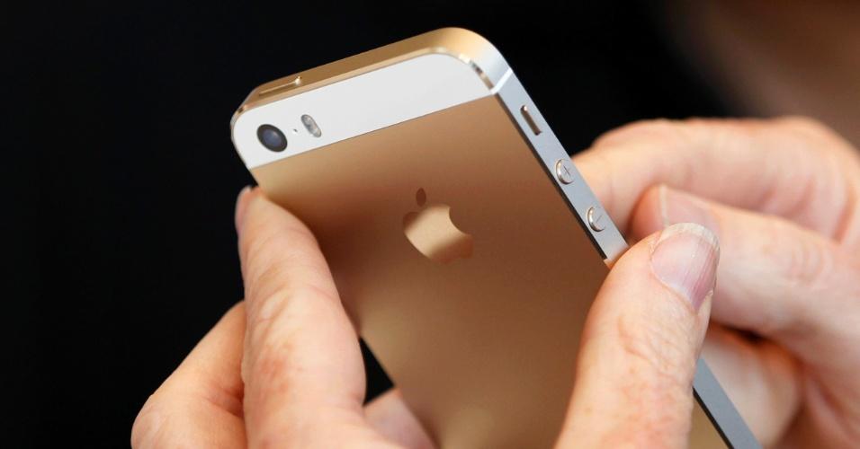 iPhone 5S dourado é manuseado durante apresentação do novo smartphone em Cupertino, na Califórnia (EUA). A Apple também anunciou uma versão mais barata e colorida, o iPhone 5C