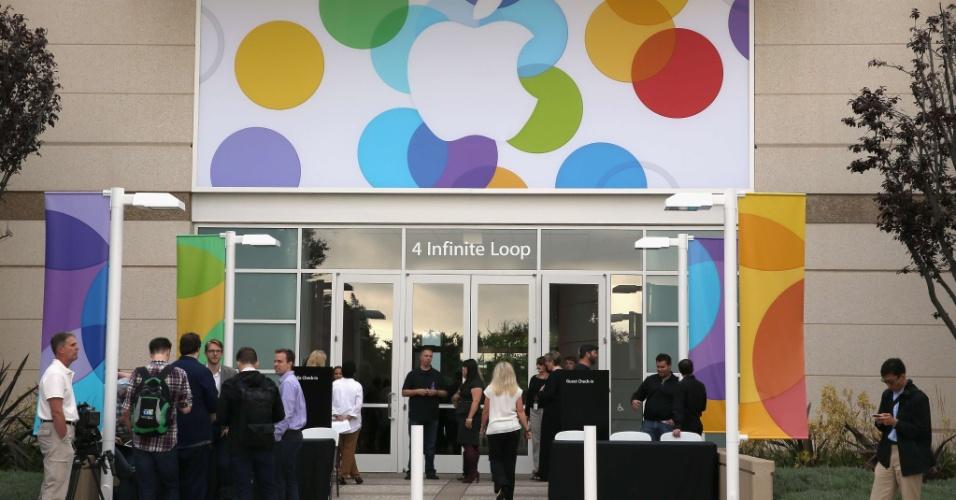 Pessoas chegam ao campus da Apple em Cupertino, na Califórnia (EUA), para participar do evento em que a fabricante anunciará novidades em relação ao iPhone e iOS 7