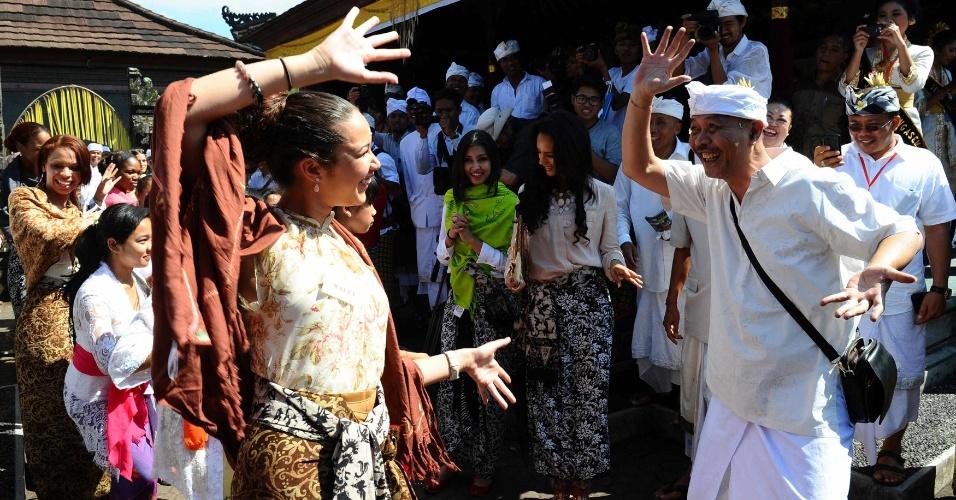 11.set.2013 - Miss Malta Donna Borg aprende dança balinesa em Karangasem, Bali, Indonésia