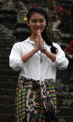 11.set.2013 - A chinesa Wen Xia Yu, miss Mundo 2012, posa para fotos após participar de cerimônia religiosa no templo Besakih, em Bali, Indonésia