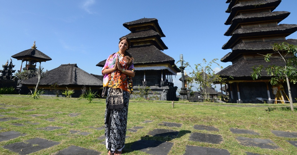 11.set.2013 - A miss Hungria Annamaria Rakosi posa para foto após cerimônia religiosa no templo Besakih, em Bali, Indonésia