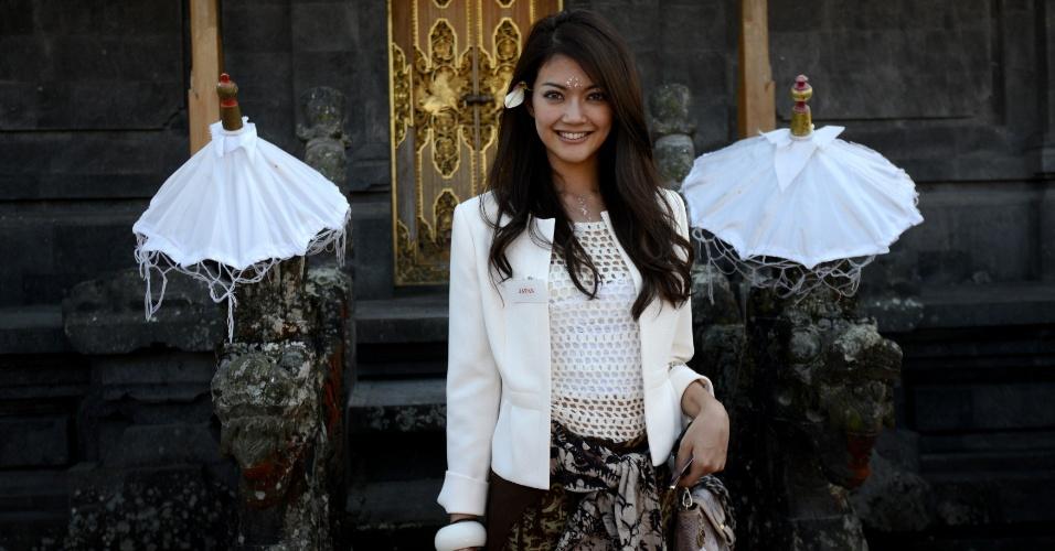 11.set.2013 - A miss Japão Michiko Tanaka também esteve presente na cerimônia religiosa no templo Besakih, em Bali, na Indonésia