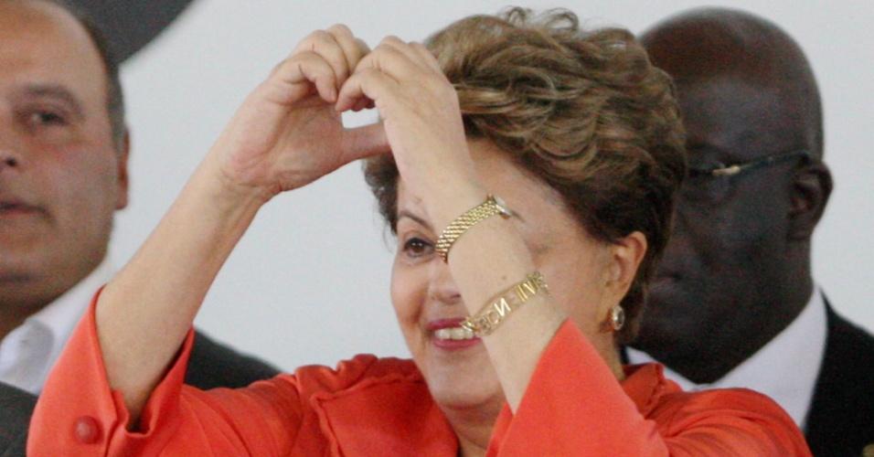 """11.set.2013 - A presidente Dilma Rousseff faz coração com a mão em São Gonçalo, região metropolitana do Rio de Janeiro, onde, ao lado do governador Sérgio Cabral (PMDB), anunciou a liberação de recursos para construção da Linha 3 do Metrô, que ligará a cidade a Niterói (RJ). Durante o encontro, ela defendeu o programa Mais Médicos, afirmando que """"a saúde das pessoas não pode esperar até que os médicos se formem"""""""