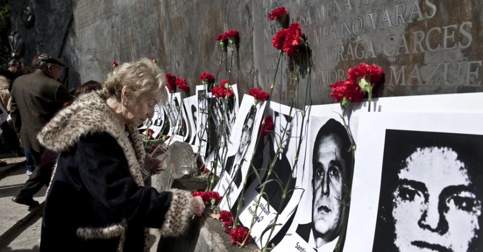 """11.set.2013 - Ativistas da organização de direitos humanos chilena """"Pessoas Detidas e Desaparecidas"""" participam de uma cerimônia na Villa Grimaldi, que foi usada como um centro de detenção e tortura durante a ditadura de Augusto Pinochet (1973-1990), em Santiago, no Chile. O 40º aniversário do golpe militar liderado pelo general Augusto Pinochet, que depôs o presidente Salvador Allende, acontece nesta quarta-feira (11)"""