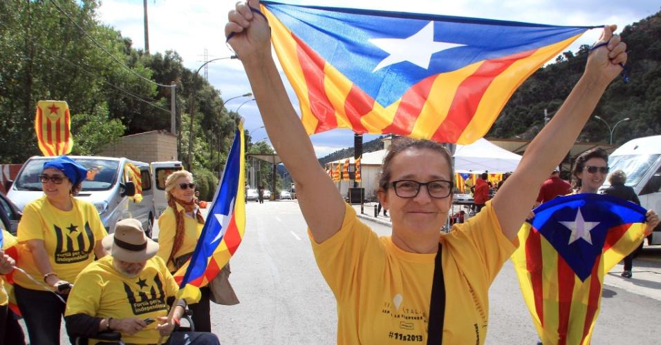 11.set.2013 - Ativistas pedem a independência da Catalunha, uma comunidade autônoma da Espanha, durante protesto em Perthus, sul da França, na manhã desta quarta-feira (11)
