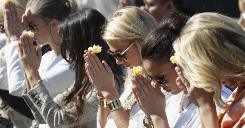 11.set.2013 - Candidatas ao Miss Mundo 2013 participam de cerimônia religiosa no templo Besakih, em Karangasem, Bali, Indonésia