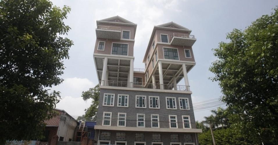 11.set.2013 - Casas construídas em cima de um edifício em Dongguan, província de Guangdong, na China, podem ser demolidas. Concluídas há dois anos, o governo local afirmou que o tamanho das casas não está em conformidade com o projeto original enviado,o que faz da construção ilegal