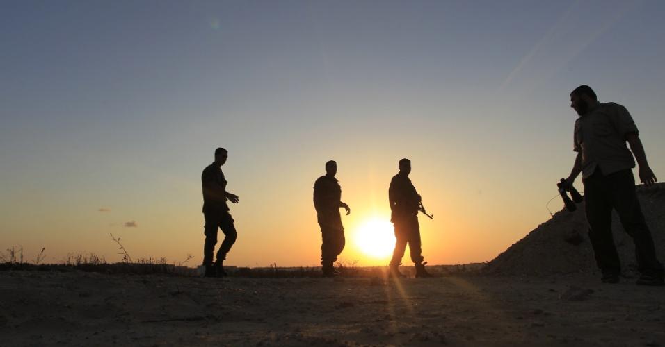 11.set.2013 - Guardas de segurança do Hamas fazem patrulha na fronteira entre o Egito e a Faixa de Gaza, na cidade de Rafah, nesta quarta-feira (11). Desde julho, as forças de segurança do Egito intensificaram a repressão sobre os túneis de contrabando que ficam na fronteira, segundo fonte oficial do Hamas