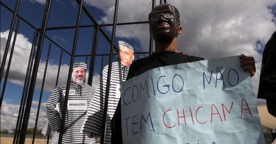 11.set.2013 - Manifestante do Movimento Contra Corrupção usa máscara do presidente do STF (Supremo Tribunal Federal), Joaquim Barbosa, durante protesto em  frente ao Supremo