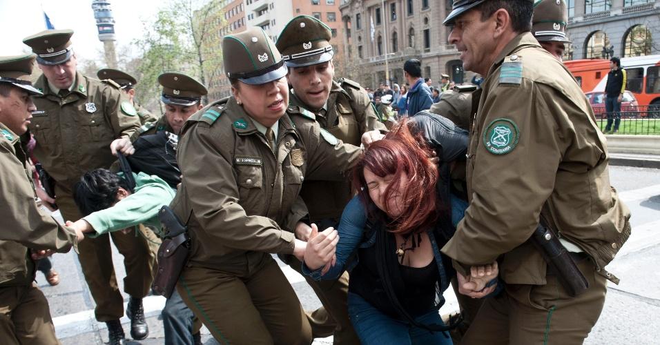 11.set.2013 - Manifestante é detida por policiais chilenos durante protesto na avenida Alameda, em Santiago, nesta quarta-feira (11). O ato lembra dos 40 anos do golpe militar liderado pelo general Augusto Pinochet