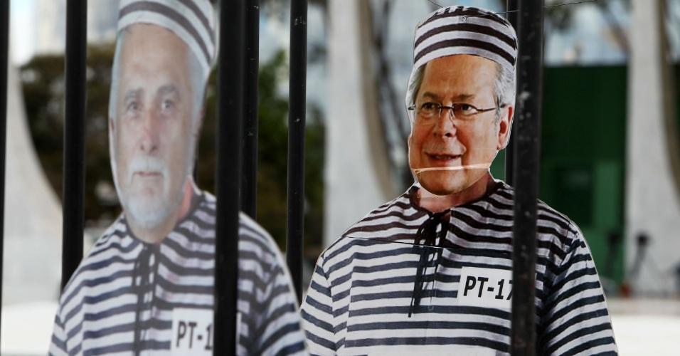 11.set.2013 - Manifestantes do Movimento Contra Corrupção pendura boneco que presenta José Dirceu atrás das grades durante protesto em frente ao STF (Supremo Tribunal Federal)
