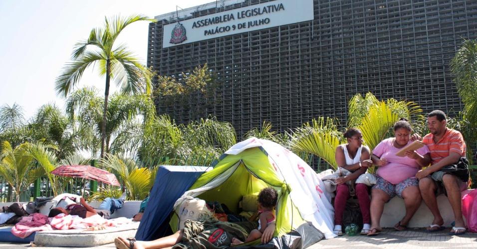 11.set.2013 - Manifestantes do MSTS (Movimento dos Sem Teto Sacomã) acampam na manhã desta quarta-feira (11) em frente à Alesp (Assembleia Legislativa de São Paulo), no Ibirapuera, zona sul de São Paulo, reivindicando moradia. Também estão acampados no local, há mais de 40 dias, manifestantes que pedem reforma política e a saída do governador Geraldo Alckmin