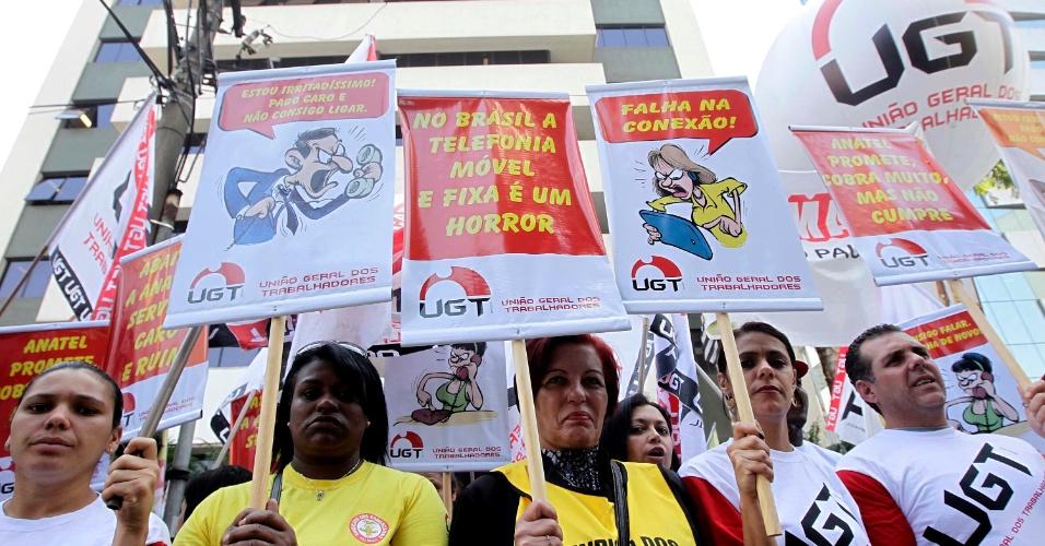 11.set.2013 - Manifestantes protestam em frente ao prédio da Anatel (Agência Nacional de Telecomunicações), na Vila Mariana, zona sul de São Paulo, na manhã desta quarta-feira (11). Organizado pela associação de consumidores Proteste e pela UGT (União Geral dos Trabalhadores), o ato reivindica maior qualidade na prestação de serviços pelas empresas do setor, além de mais eficiência por parte do órgão regulador