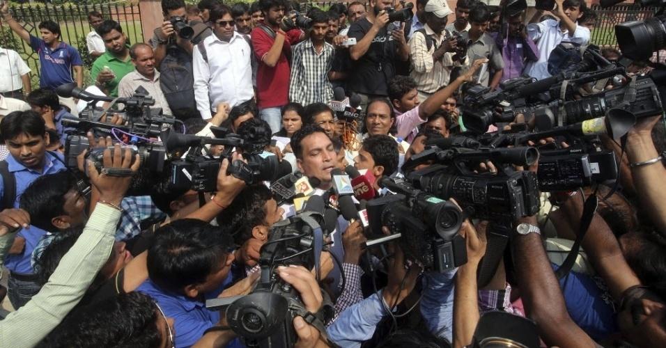 11.set.2013 - O advogado, AP Sinah, que faz a defesa dos quatro jovens acusados de estuprar e matar uma jovem de 23 anos, no ano passado, concede entrevista à imprensa e, também, é cercado por manifestantes em Nova Déli, na Índia, nesta quarta-feira (11). O juiz responsável pelo caso comunicou que a sentença será anunciada na próxima sexta-feira (13)