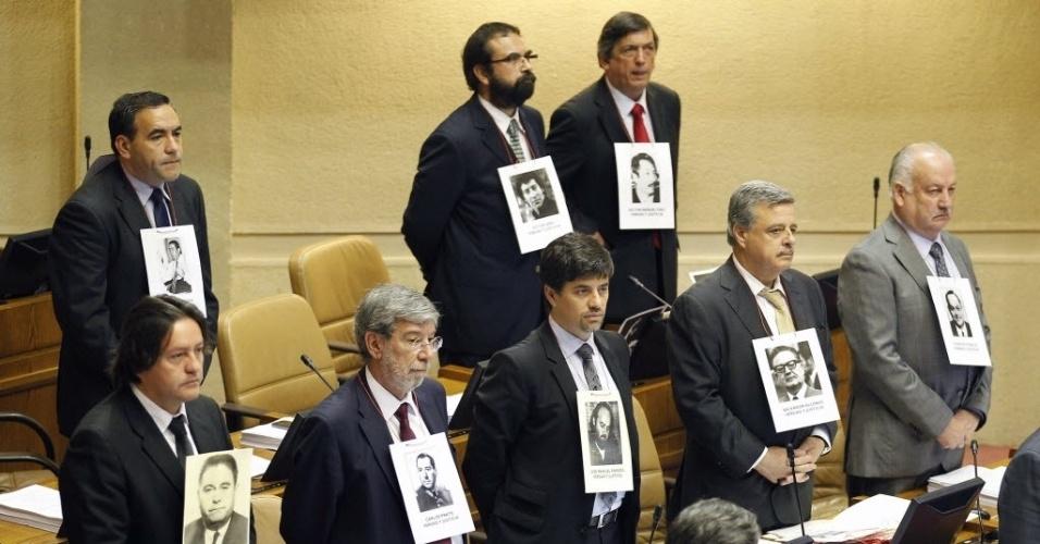 11.set.2013 - Políticos chilenos usam fotografias de vítimas da ditadura Pinochet para relembrar os 40 anos do golpe militar no Chile
