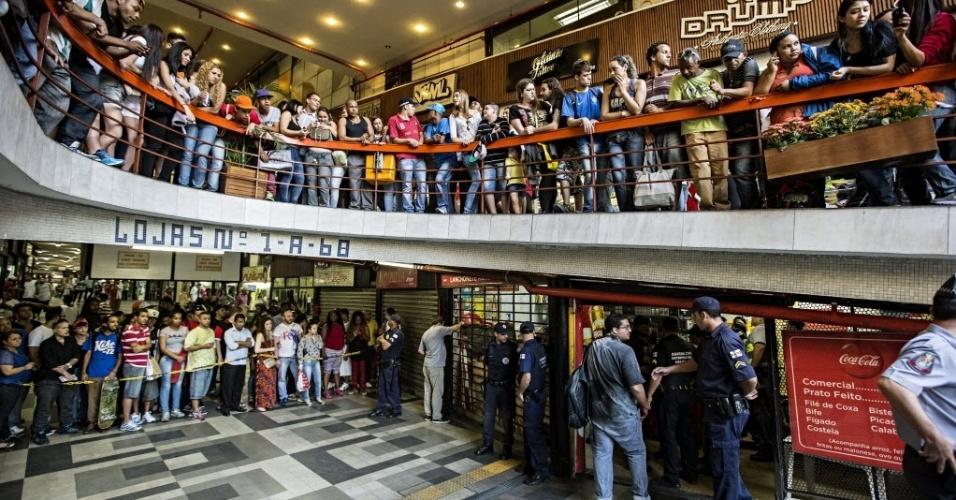 11.set.2013 - Uma mulher foi assassinada na tarde desta quarta-feira no bar Kourda, que fica dentro da Galeria do Rock, no centro de São Paulo. De acordo com uma testemunha que trabalha ao lado do bar, duas mulheres discutiam no local, por volta das 16h, quando o companheiro de uma delas entrou na briga e deu um golpe de faca no pescoço da outra. O homem foi preso logo depois por policiais militares