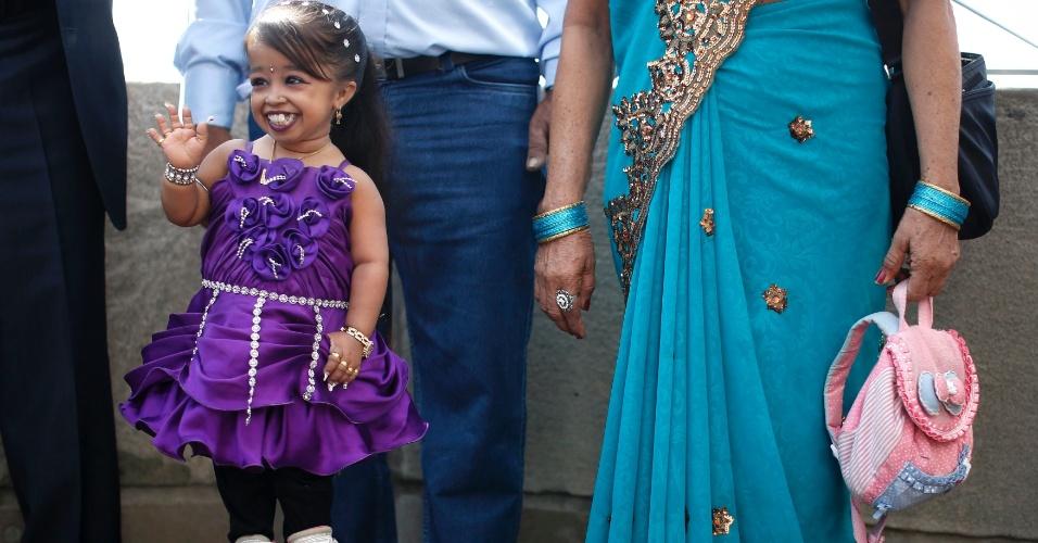 12.set.2013 - A Indiana Jyoti Amge,19, acena para público no todo do Empire States, em Nova York, nesta quinta-feira (12). Com 62,7 centímetros de altura, ela tem o título de Menor Mulher Viva do Guinness Book, desde que completou 18 anos