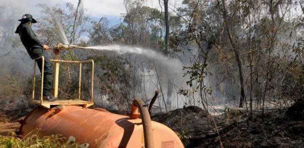 Bombeiro combate incêndio que atinge há uma semana o parque ecológico Altamiro de Moura Pacheco, em Goiás