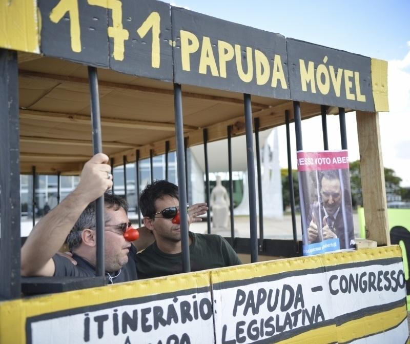 12.set.2013 - Homens fazem protesto contra corrupção no