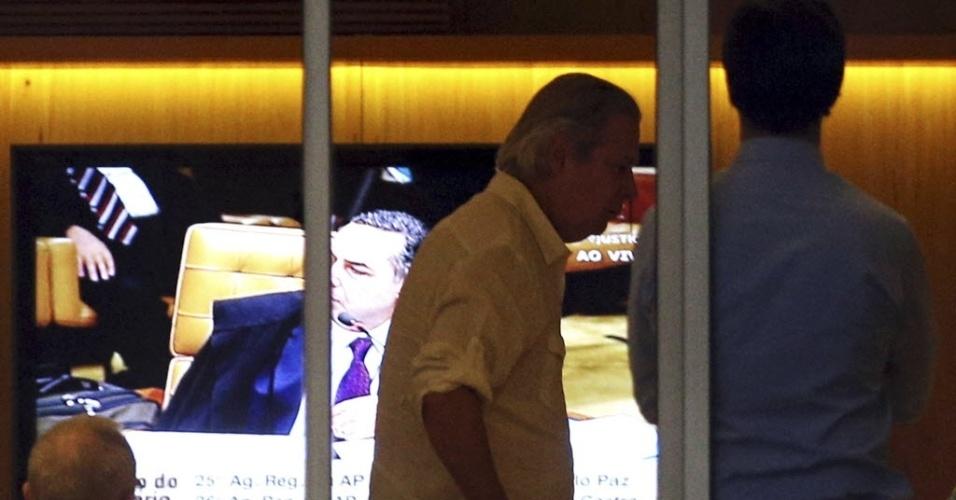 12.set.2013 - O ex-ministro da Casa Civil José Dirceu acompanha a análise dos embargos infringentes pela televisão, acompanhado de amigos, na sua casa, em São Paulo, nesta quinta-feira (12). Ele é um dos condenados pelo STF (Superior Tribunal Federal) por participação no esquema que ficou conhecido como mensalão
