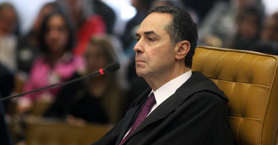 12.set.2013 - O ministro do STF (Supremo tribunal Federal) Luís Roberto Barroso atenta às falas dos demais ministros durante a retomada da análise dos embargos infringentes dos réus da ação penal 470, conhecida como mensalão, nesta quinta-feira (12), no plenário do Supremo