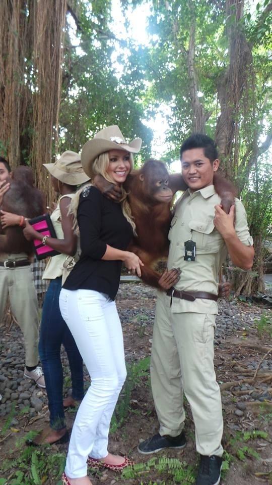 12.set.2013 - Sancler Frantz, Miss Mundo Brasil 2013, visita safári em Bali (Indonésia) e abraça macaco. A bela disse que realizou um