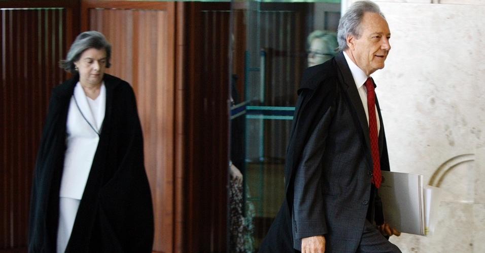 12.set.2013 - Os ministros do STF (Supremo tribunal Federal) Cármen Lúcia e Ricardo Lewandowski entram no plenário para retomada da análise dos embargos infringentes dos réus da ação penal 470, conhecida como mensalão, nesta quinta-feira (12)