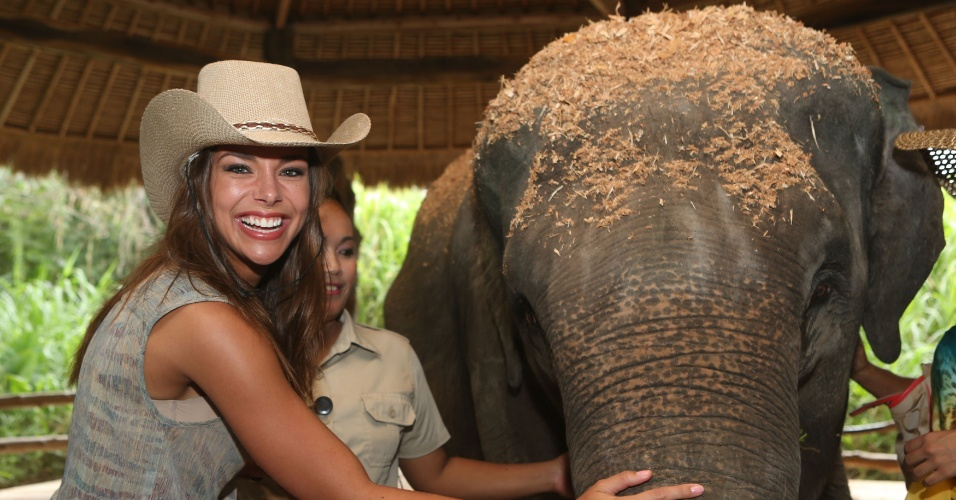 12.set.2013 - Em visita a safári em Bali, na Indonésia, a miss França Marine Lorphelin posa ao lado de um elefante