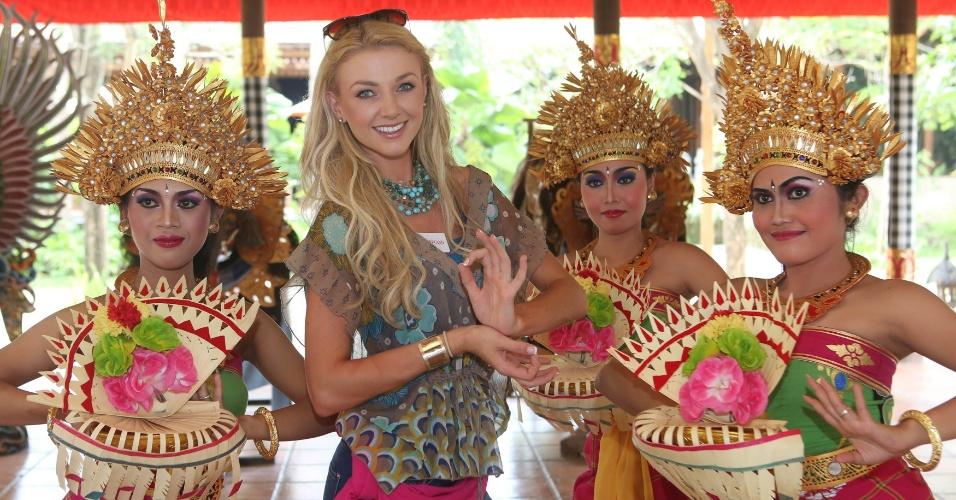 12.set.2013 - Miss Irlanda Aoife Walsh é cercada por dançarinas balinesas para sessão de fotos em safári, na Indonésia