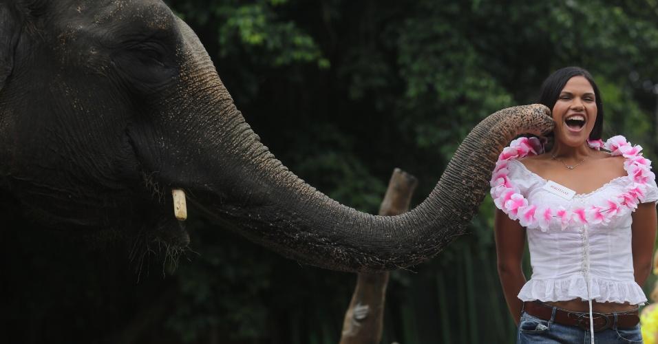 12.set.2013 - Miss Portugal Elisabete Rodrigues recebe carinho de elefante durante visita a safári, em Bali, Indonésia