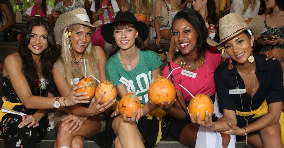 12.set.2013 - Um brinde com as misses! A partir da esquerda: miss Escócia Jamey Bowers, miss Bélgica Naomie Happart, miss Áustria Ena Kadic, miss Etiópia Genet Tsegay Tesfay e miss África do Sul Marylin Ramos