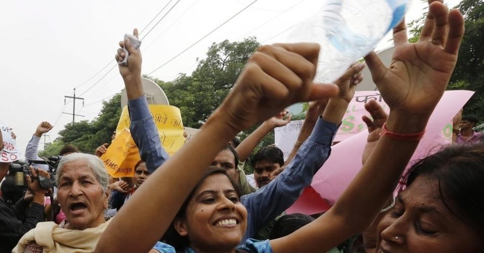 13.set.2013 - Mulheres de todas as idades comemoram a sentença de morte, nesta sexta-feira (13), em Nova Déli, na Índia, para os acusados de estuprar e matar uma estudante de 23 anos, em dezembro do ano passado. População acredita que pena pode servir de exemplo para o país, que registra altas taxas de violência contra as mulheres