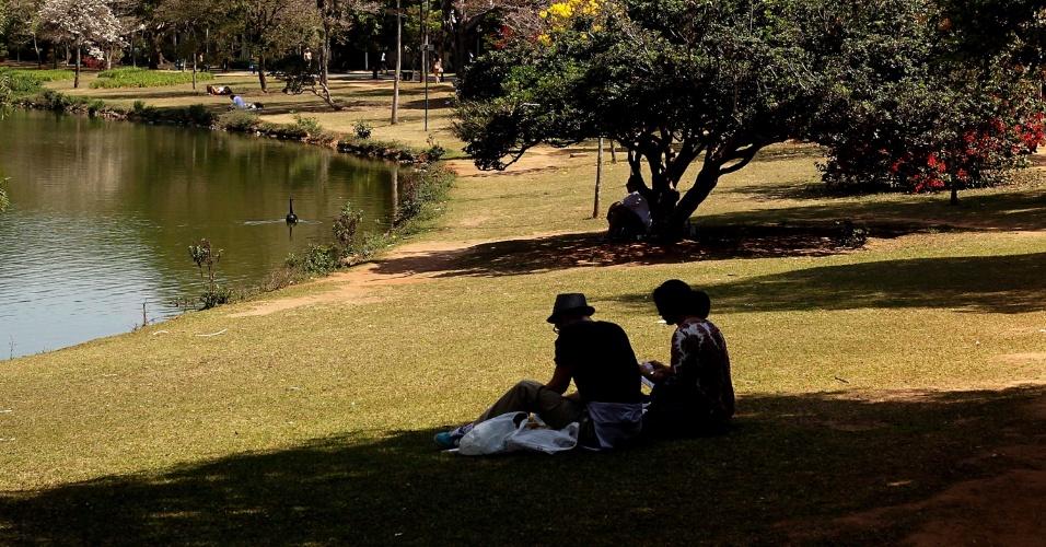 13.set.2013 - Pessoas aproveitam tarde de sol no parque Ibirapuera, em São Paulo. A cidade registra 29ºC nesta sexta-feira