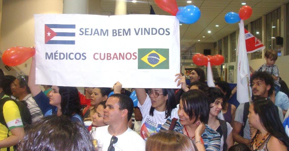 15.set.2013 -  Grupo de pessoas ligadas a movimentos sociais aguardava a chegada de médicos cubanos no aeroporto Carlos Drummond de Andrade, na região da Pampulha, em Belo Horizonte
