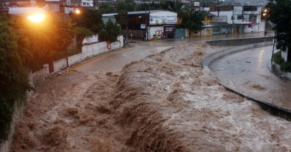 16.set.13 - A passagem do furacão Ingrid e da tempestade Manuel pelo México causou dezenas de inundações. O rio Huacapa transbordou na região de Chilpancingo. Ao menos 22 pessoas morreram, de acordo com o governo