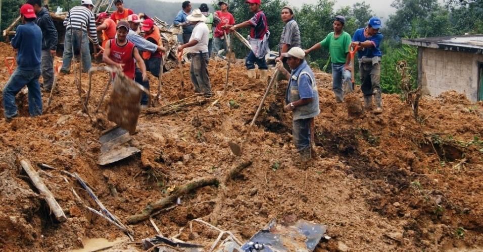 16.set.2013 - Equipes de resgate procuram por vítimas de um deslizamento de terra causado por fortes chuvas na comunidade de Xaltepec, em Veracruz, no México, nesta segunda-feira (16). Pelo menos trinta pessoas morreram desde o último fim de semana e há pelo menos 200 mil pessoas afetadas pelo impacto simultâneo furacão Ingrid e a tempestade tropical Manuel, um fenômeno raro que não se presenciava havia meio século