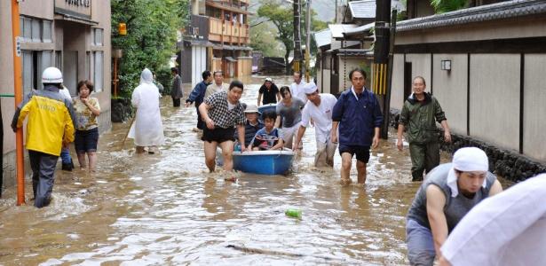 Hóspedes de hotel são resgatados em rua alagada por tempestade provocada pelo tufão Man-yi, no Japão