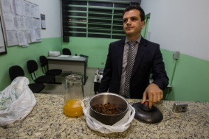 Delegado Eduardo Boigues Queiroz mostra jarra de suco e bolo encontrados dentro de apartamento onde uma auxiliar de enfermagem e seus quatro filhos foram encontrados mortos, em Ferraz de Vasconcelos (Grande SP)