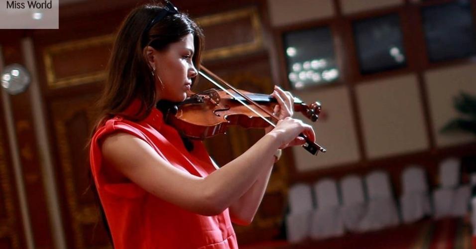 17.set.2013 - Miss Eslováquia vai tocar violino durante prova de talento do Miss Mundo 2013, na Indonésia