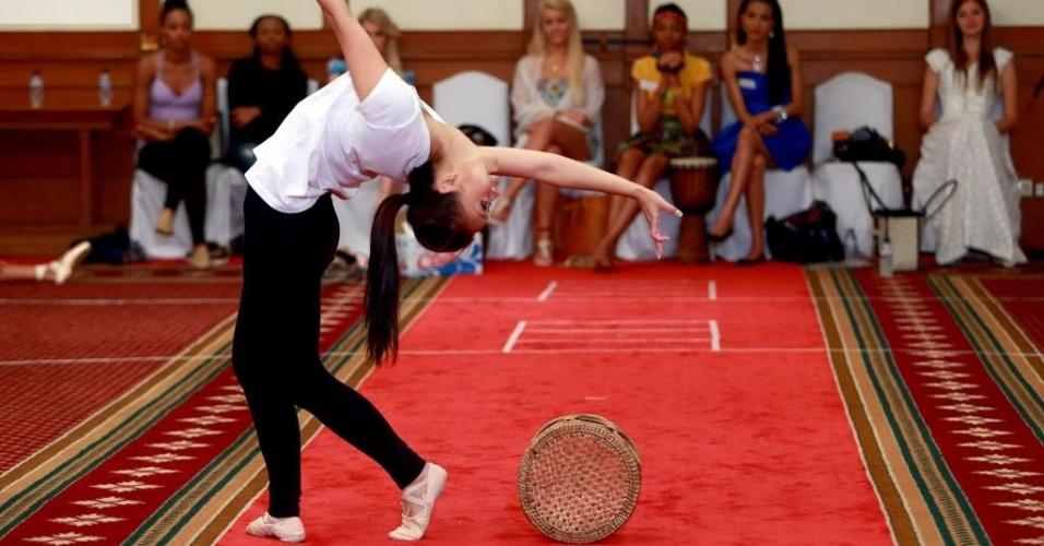 17.set.2013 - Miss Hong Kong mostra elasticidade durante apresentação que valeu um lugar na prova de talento do Miss Mundo