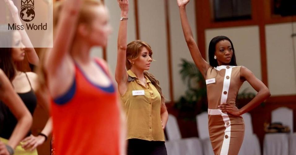 17.set.2013 - Misses ensaiam coreografia para o Miss Mundo 2013, que acontece na Indonésia