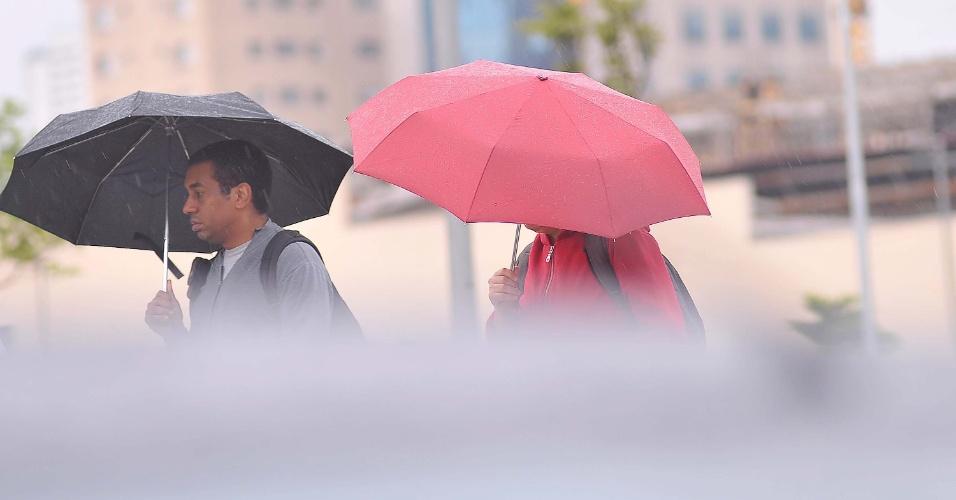 17.set.2013 - Por conta da recente onda de calor, chuva pegou os paulistanos de surpresa nesta terça-feira (17), em São Paulo. Chuva caiu de maneira intermitente sobre a cidade desde a segunda-feira (16)