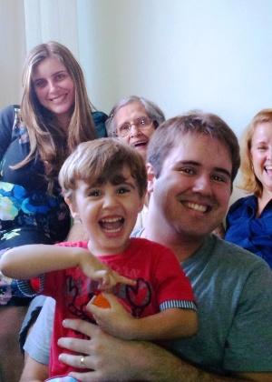 Natália Duffles (esq.) posa para foto ao lado da família. Ela foi internada no Hospital Mac Salud, em Cuzco, no dia 6, com um tumor no cérebro