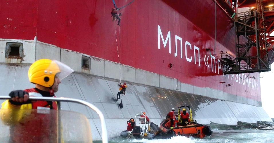 18.set.2013 - Ativistas do Greenpeace escalam plataforma de extração de petróleo da empresa russa Gazprom, no Ártico, em algum ponto ao norte do país, no mar de Pechora. A organização pede que a empresa pare de explorar petróleo meio ambiente ártico, extremamente sensível, segundo eles
